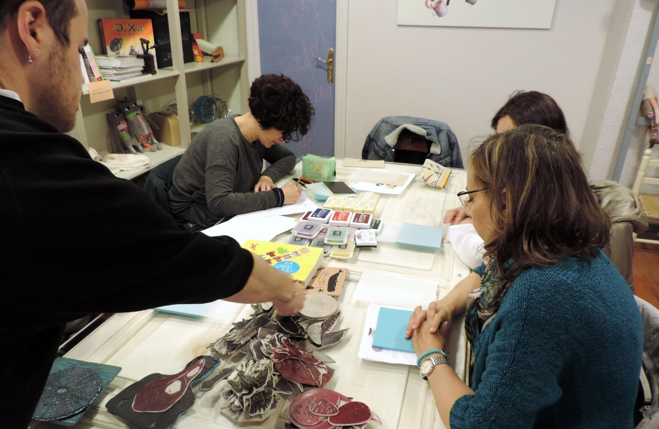 Tallar sellos con Pablo Salvaje - blog. scrapeatodo.com